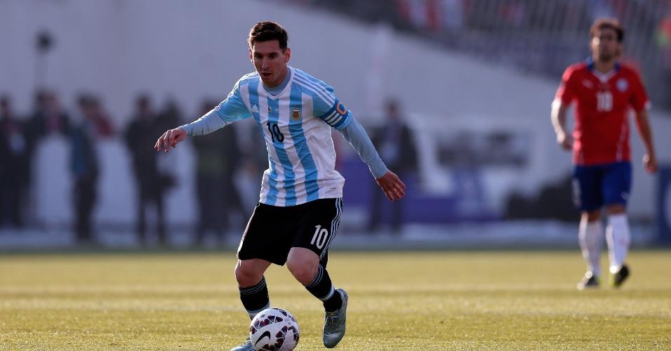 Messi conduz a bola com Valdivia ao fundo