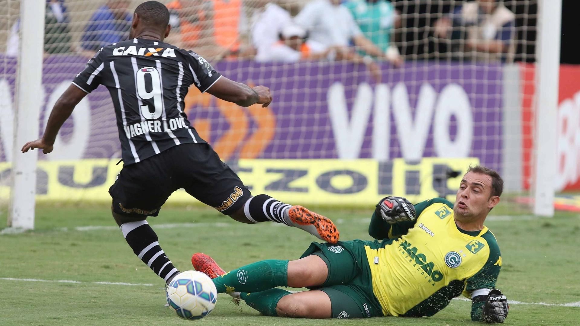 Vagner Love tenta o drible, mas para em Renan, goleiro do Goiás
