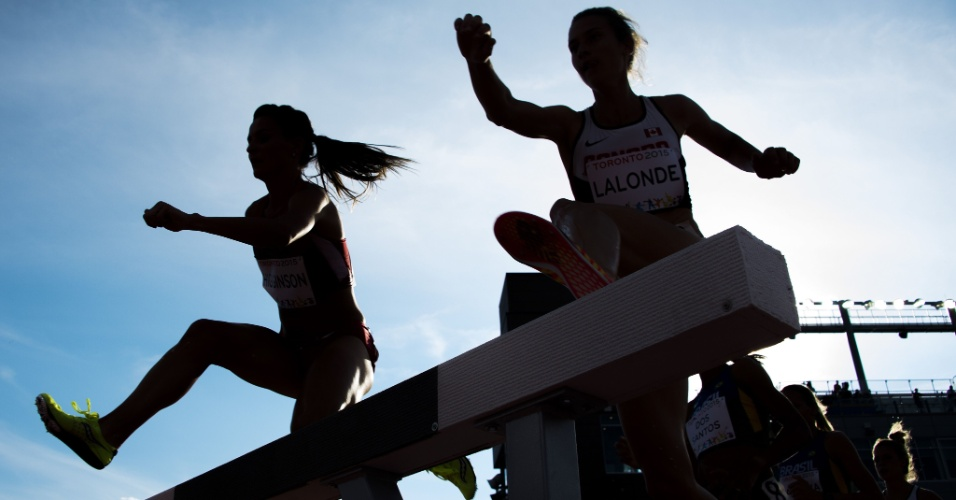 Ashley Higginson, dos EUA, compete nos 3000 m com barreiras no Pan de Toronto. Ela ganhou a medalha de ouro na competição