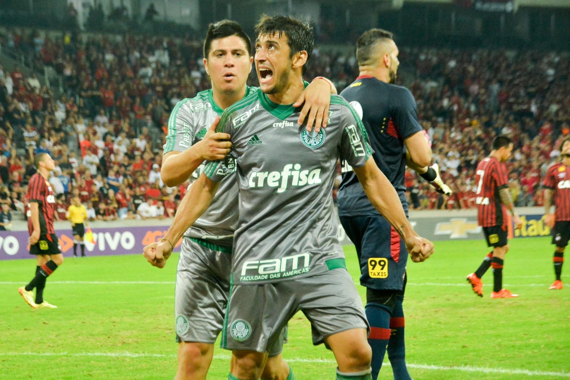 Palmeiras empata com Atlético-PR no último lance em jogo tenso e polêmico -  18 11 2015 - UOL Esporte 6fe74b0f45e85