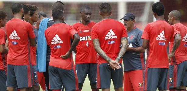 Muricy Ramalho conversa com elenco do Flamengo em treinamento