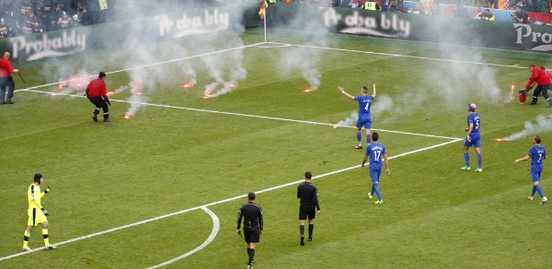 Sinalizadores foram jogados em campo durante a partida entre Croácia e República Tcheca