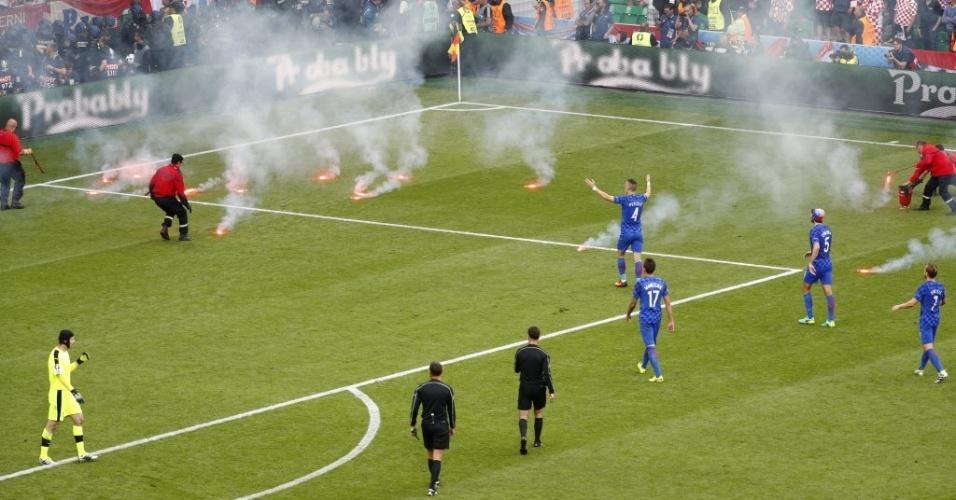 Jogo entre Croácia e República Tcheca é marcado por sinalizadores em campo