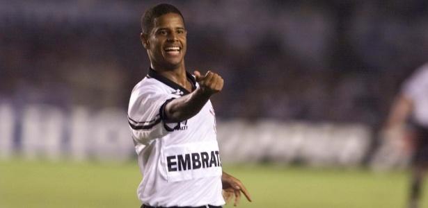 https://conteudo.imguol.com.br/c/esporte/84/2016/07/20/marcelinho-carioca-gesticula-na-comemoracao-de-um-gol-do-corinthians-1468985010853_615x300.jpg