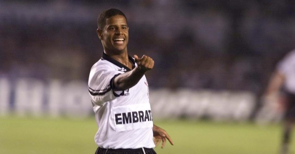 Marcelinho Carioca gesticula na comemoração de um gol do Corinthians