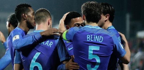 Jogadores da Holanda comemoram um dos gols de Memphis Depay