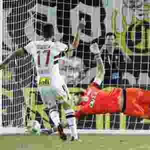 Gilberto acerta o canto e vence Cássio ao marcar o pênalti decisivo na final da Flórida Cup - Gregg Newton/AFP
