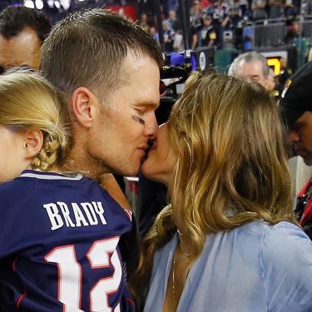 Tom Brady beija Gisele Bundchen - Kevin C. Cox/AFP