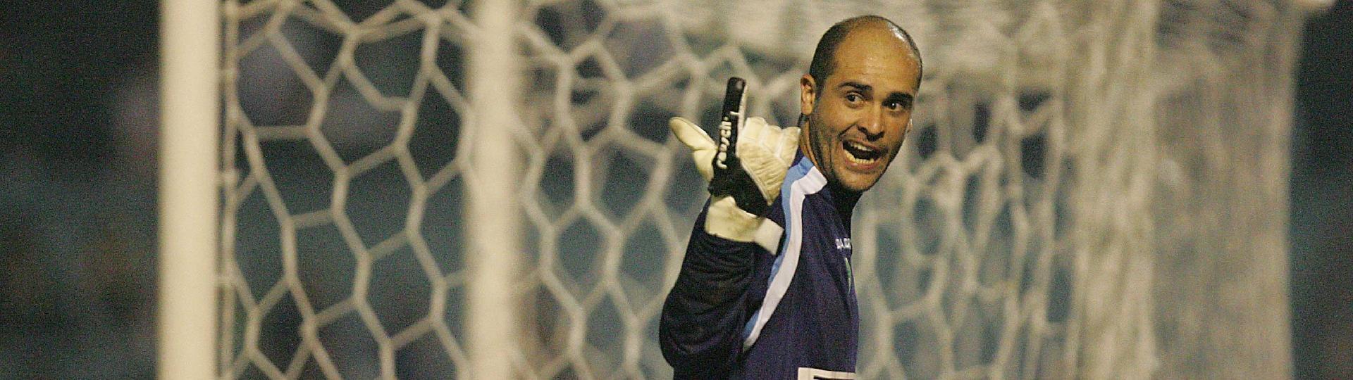 Goleiro Marcos reclama da arbritragem durante jogo Palmeiras X Sao Paulo pela Copa Libertadores da America, no estadio Parque Antartica (maio de 2005)