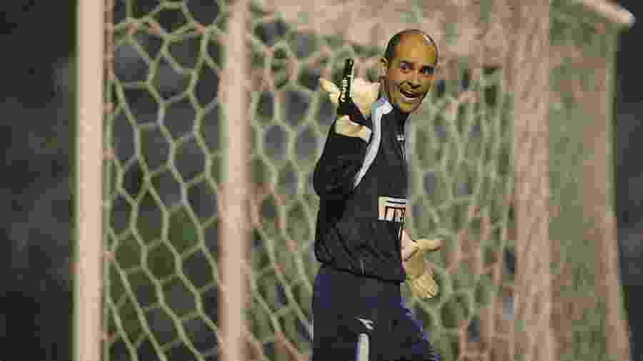 Goleiro Marcos reclama da arbritragem durante jogo Palmeiras X Sao Paulo pela Copa Libertadores da America, no estadio Parque Antartica (maio de 2005) - Antonio Gauderio/Folha Imagem