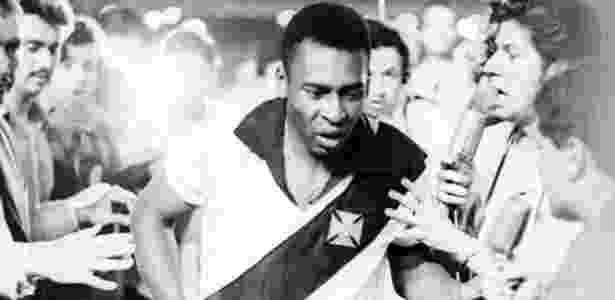 Pelé usa camisa do Vasco após marcar seu milésimo gol, em 1969 - AE - AE