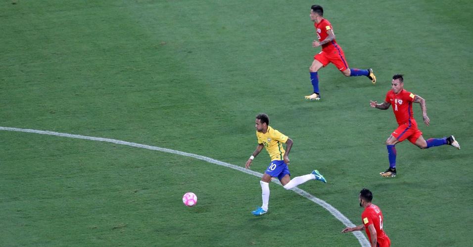 Neymar dispara com a bola no jogo do Brasil contra o Chile nas Eliminatórias