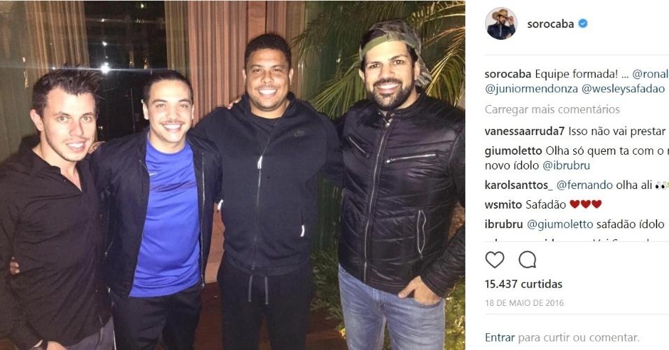 Sorocaba posa para foto ao lado de Ronaldo e Wesley safadão