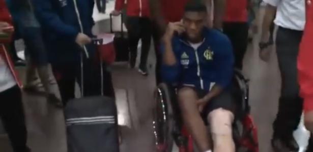 Orlando Berrío de cadeira de rodas no desembarque do Flamengo - Reprodução/Fox Sports