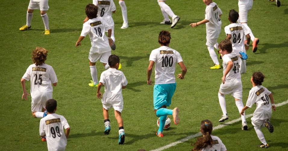 Neymar é cercado por crianças em evento comemorativo do centenário do Santos, em 2012