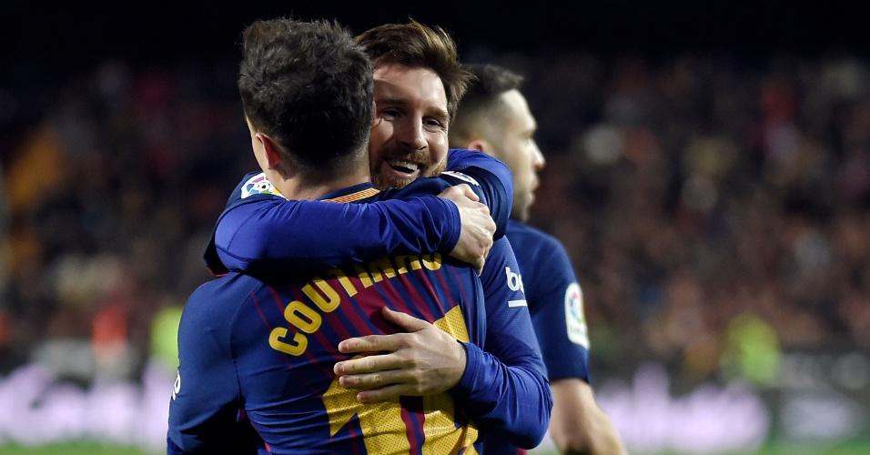 Messi abraça Coutinho após gol do Barcelona sobre o Valencia