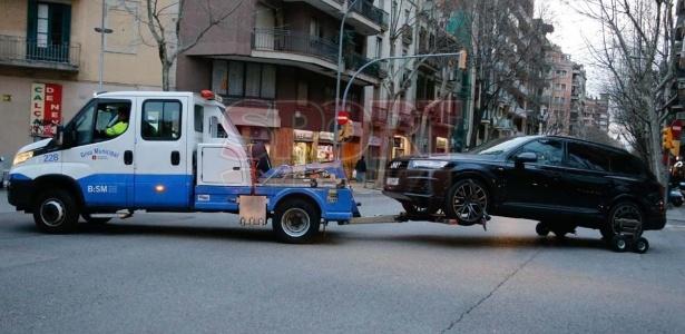 Carro de Coutinho guinchado na cidade de Barcelona - Reprodução/Sport