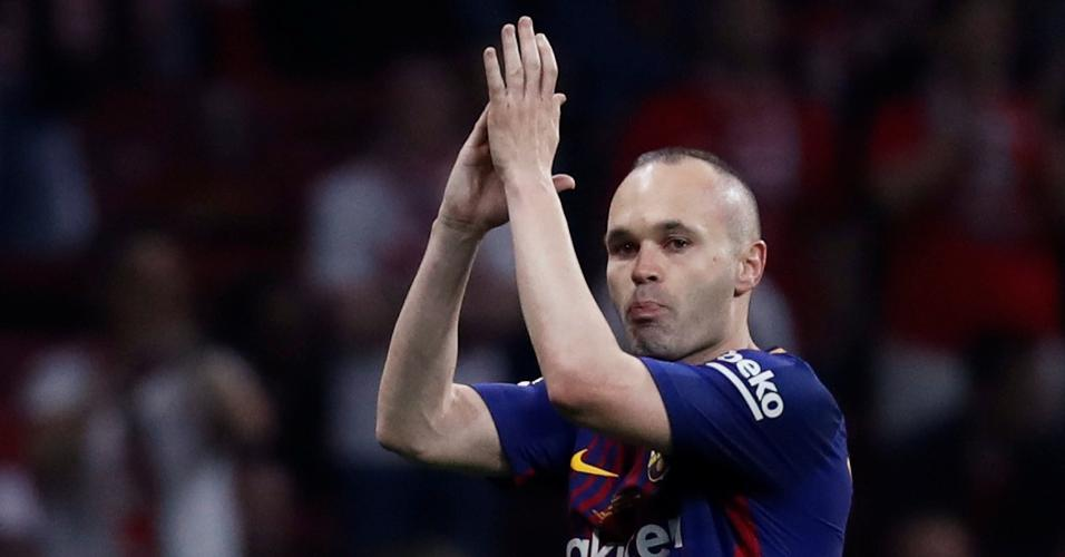 Iniesta é substituído e aplaudido de pé pela torcida na final da Copa do Rei contra o Sevilla.