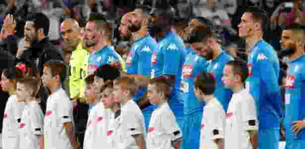 Jogadores do Napoli exibem marca vermelha no rosto em campanha da liga local - Stefano Rellandini/Reuters