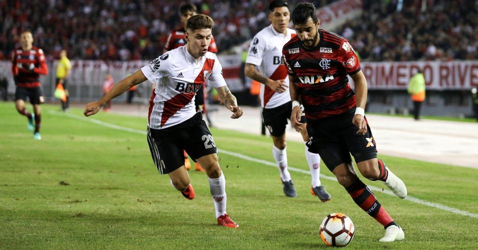 Henrique Dourado passa pela marcação de Montiel no jogo entre River Plate e Flamengo