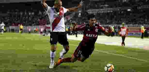 Lucas Paquetá cai após se chocar com Jonatan Maidana no jogo entre River Plate e Flamengo - REUTERS/Agustin Marcarian - REUTERS/Agustin Marcarian