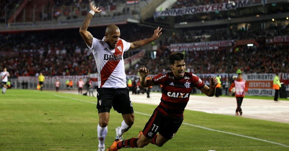 Lucas Paquetá cai após se chocar com Jonatan Maidana no jogo entre River Plate e Flamengo