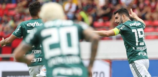 Bruno Henrique (dir.) comemora o primeiro gol do Palmeiras
