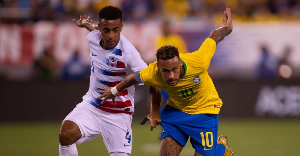 Neymar, com a faixa de capitão, batalha pela bola com atleta dos Estados Unidos