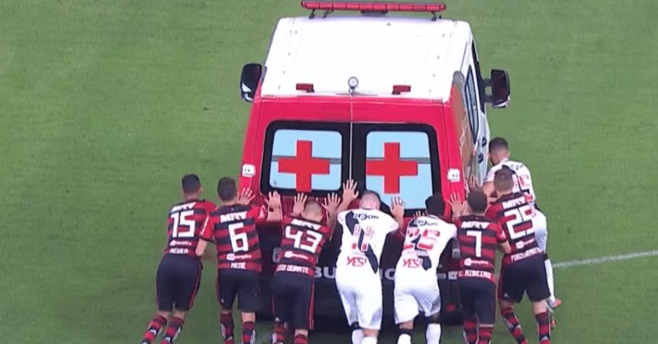 Jogadores de Flamengo e Vasco empurram ambulância no gramado do Mané Garrincha