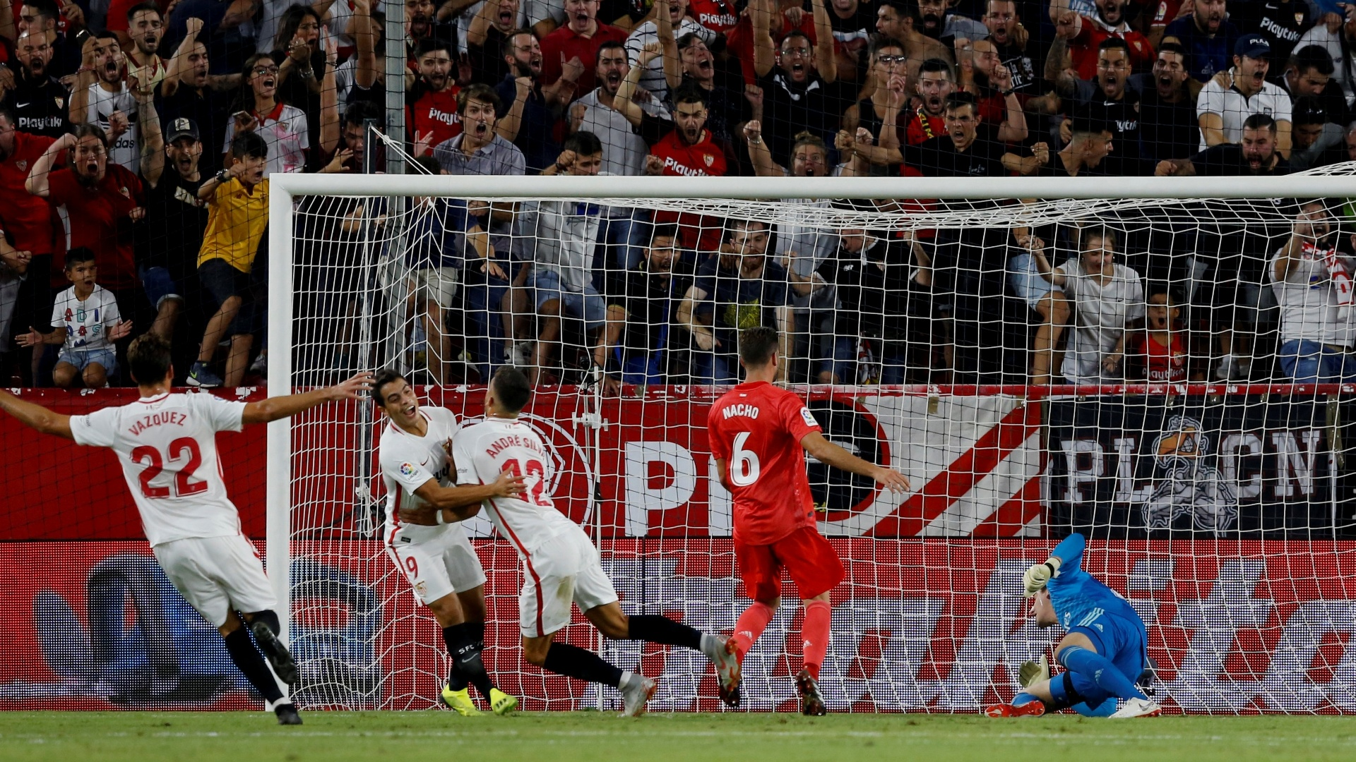 Sevilla comemora gol de André Silva diante do Real Madrid