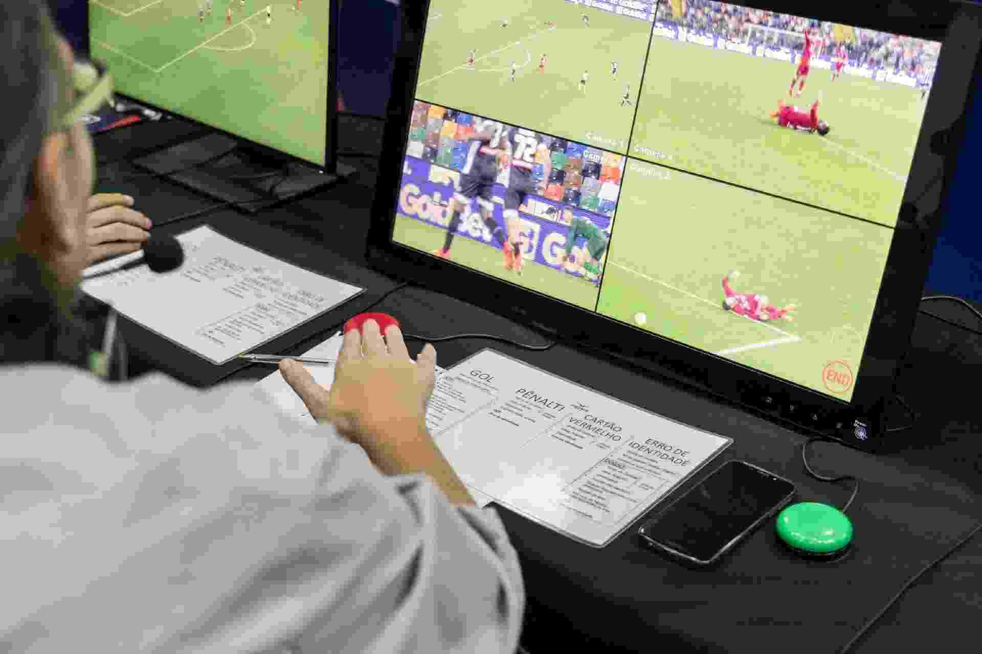 Jornalista Ricardo Perrone testa o árbitro auxiliar de vídeo (VAR) com a equipe de arbitragem da Federação Paulista de Futebol - Simon Plestenjak/UOL