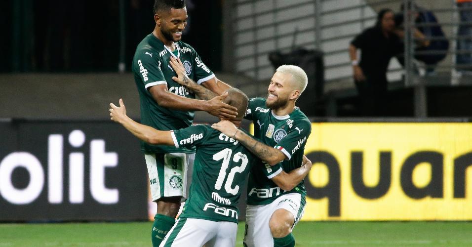 6aaae45a4 Mayke, do Palmeiras, comemora seu gol com jogadores do seu time durante  partida contra