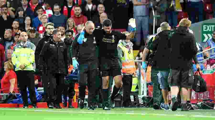 Alisson deixa a partida entre Liverpool e Norwich após sofrer lesão - Michael Regan/Getty Images