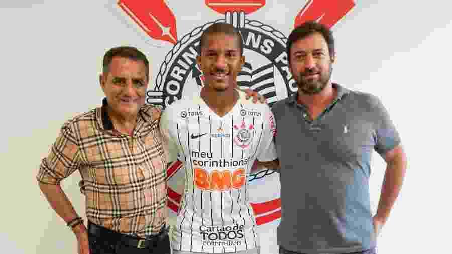 Matheus Davó, novo atacante do Corinthians, entre os diretores de futebol Jorge Kalil e Duílio Monteiro Alves - Daniel Augusto Jr./Agência Corinthians