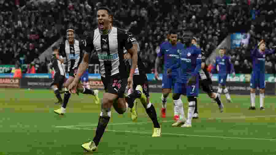 Isaac Hayden comemora seu gol pelo Newcastle contra Chelsea - Action Images via Reuters/Lee Smith