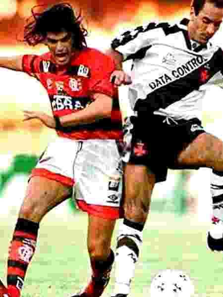 Mancuso, do Flamengo, e Edmundo, do Vasco, disputam a bola em 1997 - Reprodução