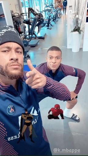 Neymar posta foto com Mbappé como Batman e Homem-Aranha antes da estreia da Champions