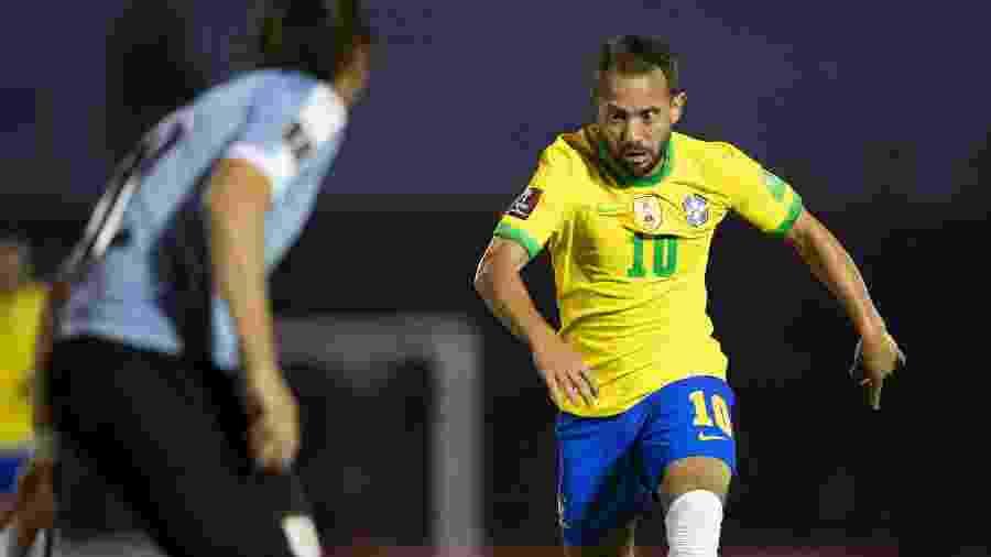 Éverton Ribeiro dispara com a bola dominada durante Uruguai x Brasil pelas Eliminatórias - Lucas Figueiredo/CBF/Mowa Press