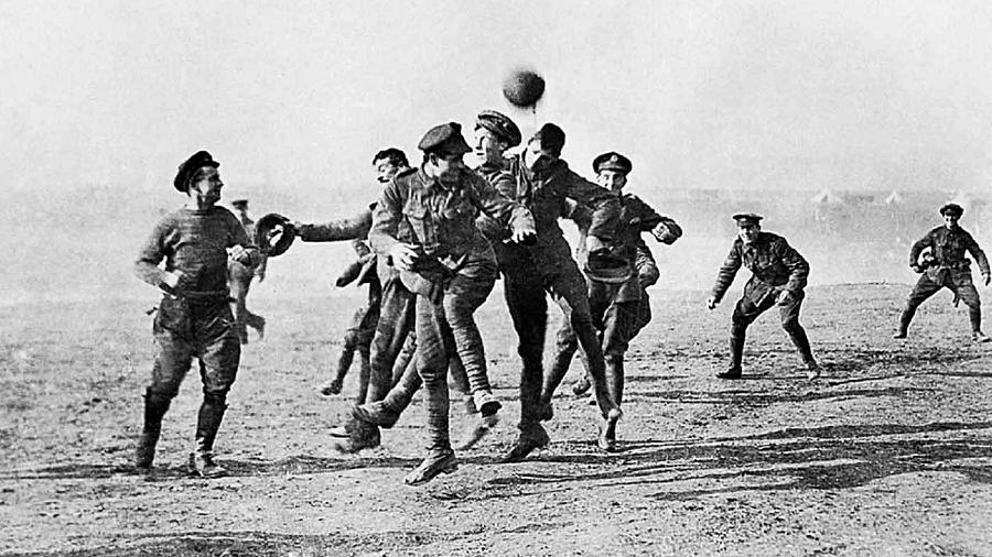 """Registro da partida amistosa disputada durante """"Trégua de Natal"""" da 1ª Guerra Mundial - Reprodução"""