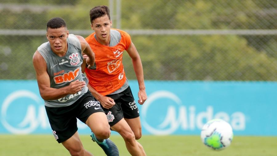 Mandaca e Matheus Araújo (de colete) disputam bola em treinamento realizado no CT Joaquim Grava  - Rodrico Coca/ Ag. Corinthians