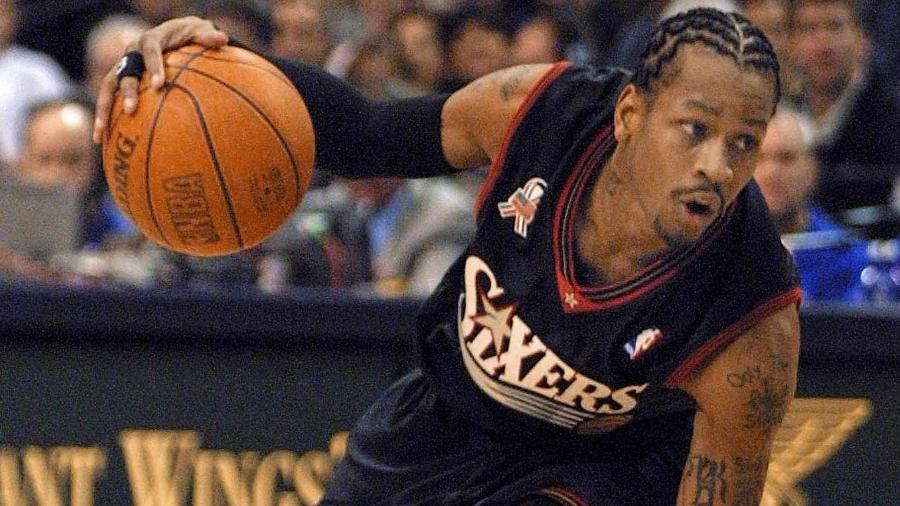 Allen Iverson em ação pelo Philadelphia 76ers contra o Dallas Mavericks em 2001 - Paul Buck/AFP