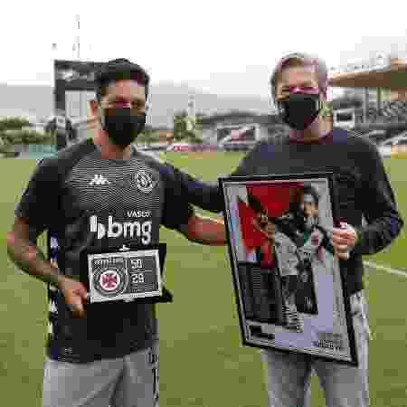 Cano recebe placa e quadro de Jorge Salgado por ter se tornado maior artilheiro estrangeiro do século no Vasco - Rafael Ribeiro / Vasco - Rafael Ribeiro / Vasco