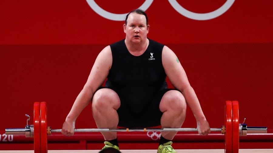 Laurel Hubbard na tentativa de levantar 125kg - REUTERS/Edgard Garrido