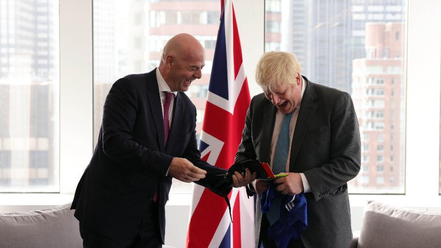 Gianni Infantino, presidente da Fifa, e Boris Johnson, primeiro-ministro britânico, se encontram em Nova York para tratar de liberação de atletas - Divulgação/Fifa