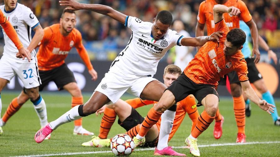 Jogadores da Inter de Milão e do Shakhtar brigam pela bola; times ainda não venceram no torneio continental - Gleb Garanich/Reuters