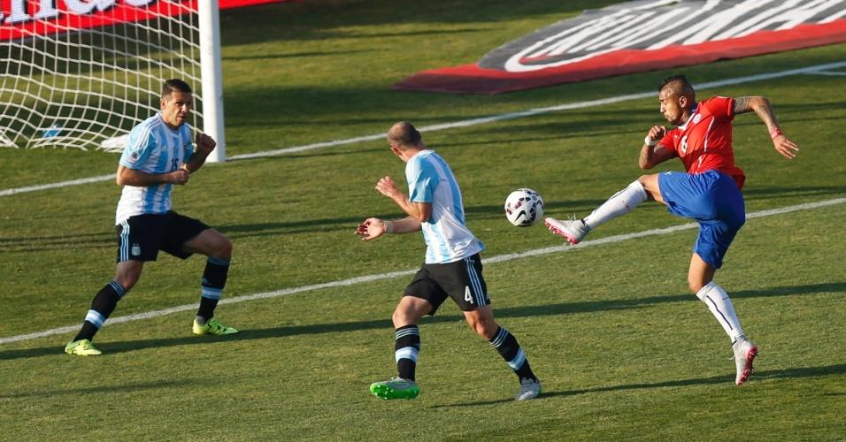 Vidal chuta para o gol da Argentina
