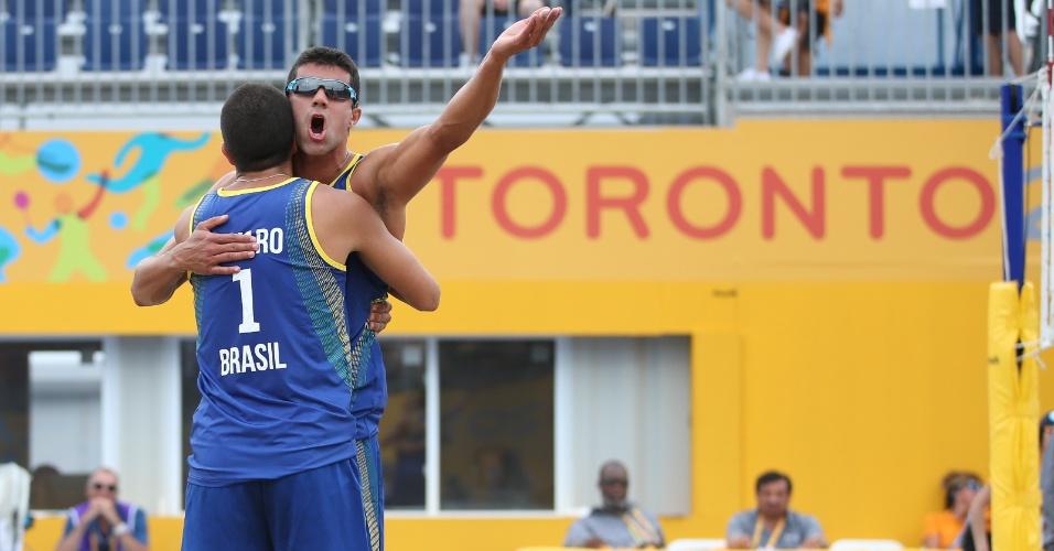 Álvaro e Vitor Felipe comemoram a vitória sobre a dupla da Venezuela, Jackson Henriquez e Jesus Villafañe, no vôlei de praia masculino