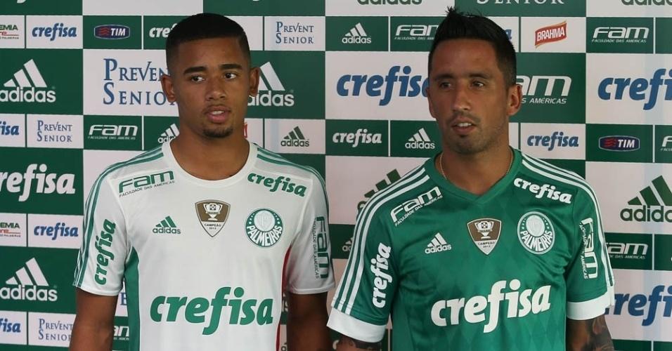 Gabriel Jesus e Lucas Barrios mostram o uniforme do Palmeiras para a temporada 2016