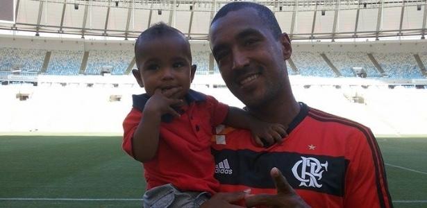 Douglas Silva com o filho em visita ao Maracanã