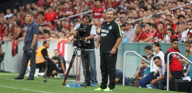 Gilson Kleina comanda o Coritiba durante clássico contra o Atlético-PR na Arena